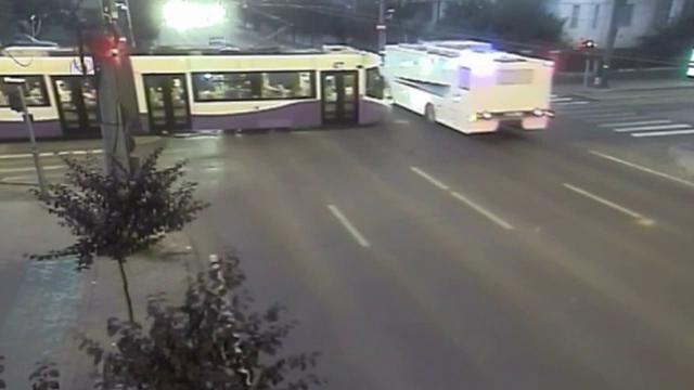Dubă cu 13 deținuți, lovită de un tramvai, la Timișoara. Mașina penitenciarului circula pe contrasens