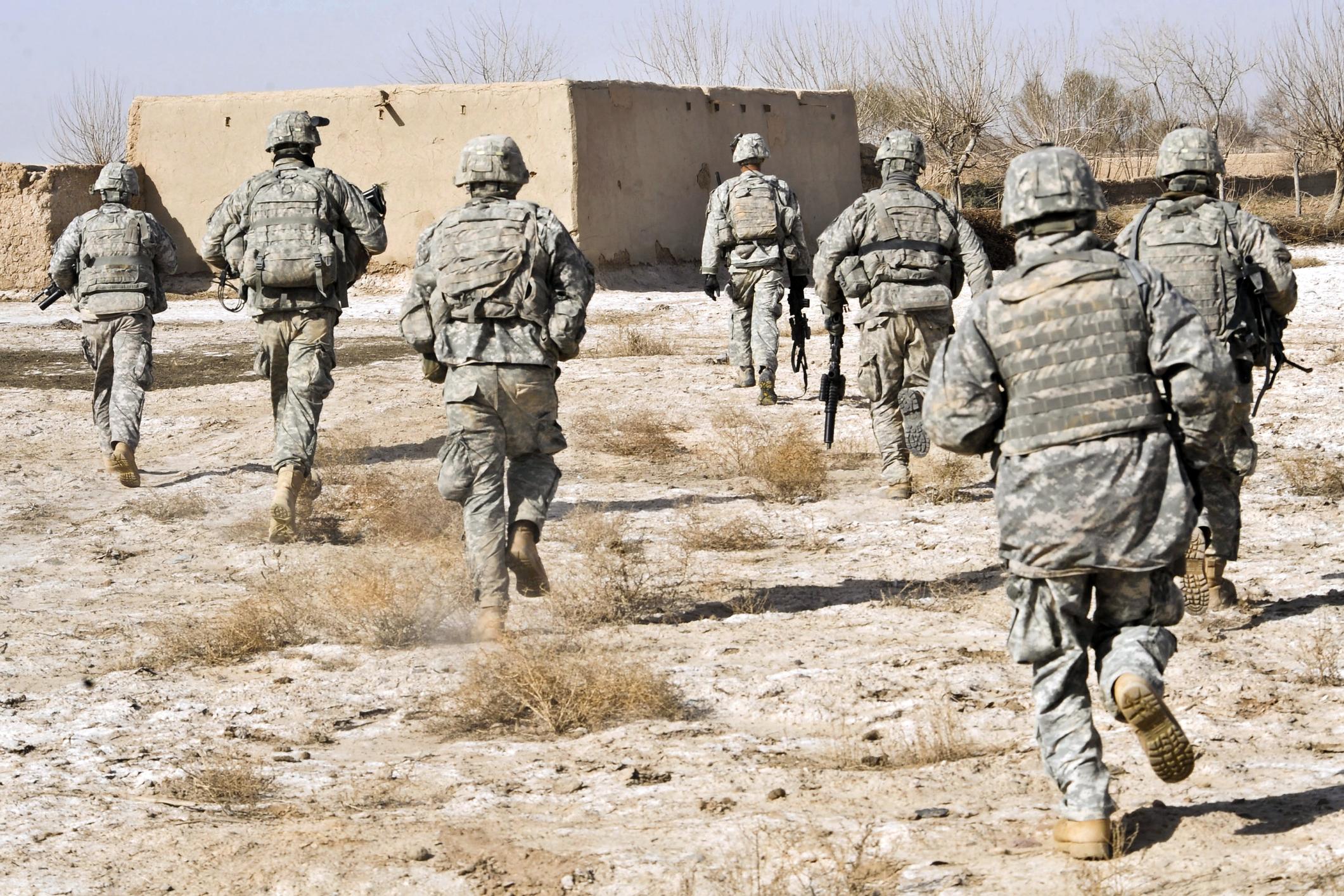 VIDEO. Soldații afgani, filmați când predau armele talibanilor, după plecarea trupelor SUA
