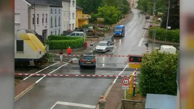 O femeie a rămas cu mașina blocată pe șine, în timp ce un tren se apropia cu viteză