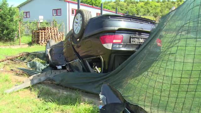 O tânără care și-a luat permisul acum 2 luni s-a răsturnat cu mașina într-o curte. Vehiculul, distrus aproape în totalitate