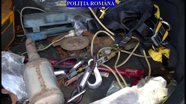 Zeci de catalizatoare furate au fost găsit la percheziții, în Ploiești. Cum acționau