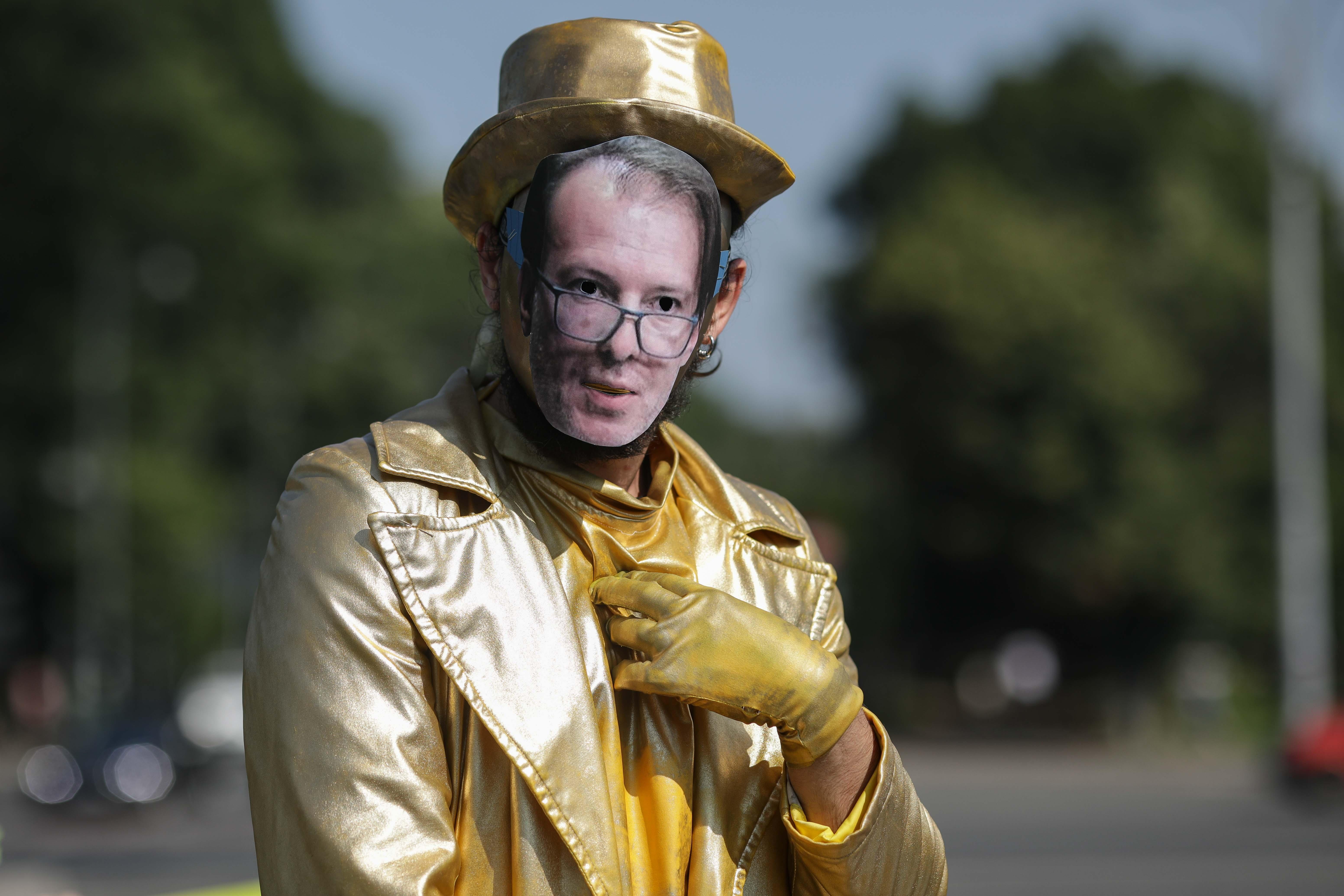 O statuie vivantă cu Florin Cîțu, dezvelită în Piața Victoriei, în cadrul unui protest Greenpeace. GALERIE FOTO