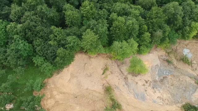 """O alunecare de teren a făcut ravagii într-o comună din Prahova. Două case s-au prăbușit: """"Nu avem nicio putere"""""""