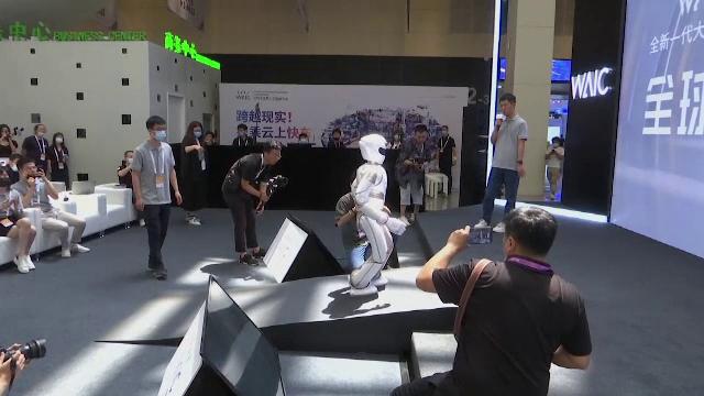 Roboți care joacă șah, fac masaj sau udă flori, prezentați la Conferința Mondială de Inteligență Artificială din Shanghai