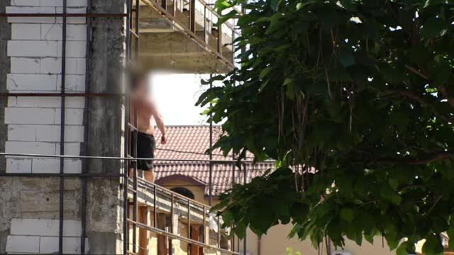 Panică în Ploiești, după ce un individ s-a urcat pe o clădire și a început să arunce cu bucăți de metal și cărămizi
