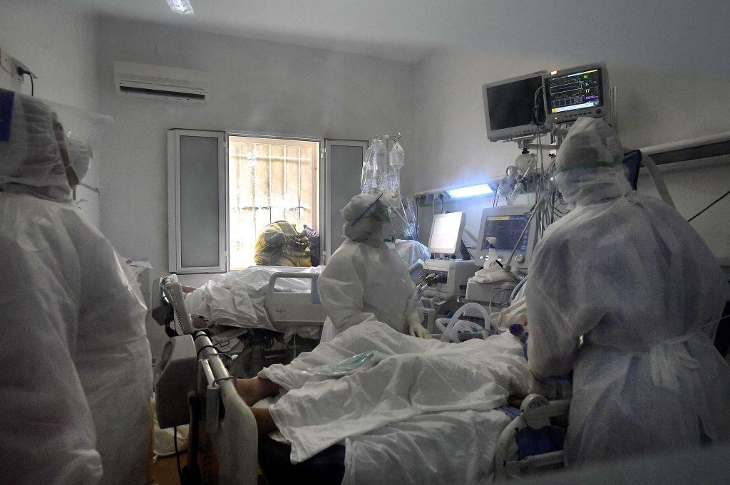 Şase pacienţi cu coronavirus în stare gravă, transportaţi de la Bucureşti la Târgu Mureş
