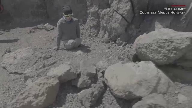 Povestea impresionantă a unei tinere care a urcat pe Kilimanjaro, deși și-a pierdut ambele picioare