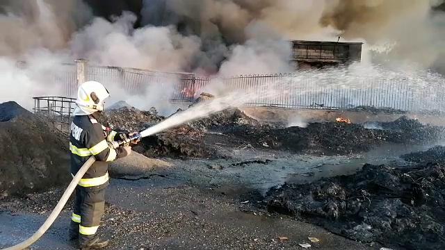 Incendiu de proporții în județul Bihor. Depozit de materiale, de 8.000 de metri pătrați, cuprins de flăcări