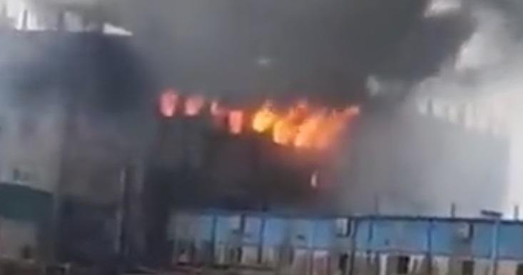 52 de morți, după explozia unei fabrici în Bangladesh. Oamenii au sărit pe geam ca să se salveze