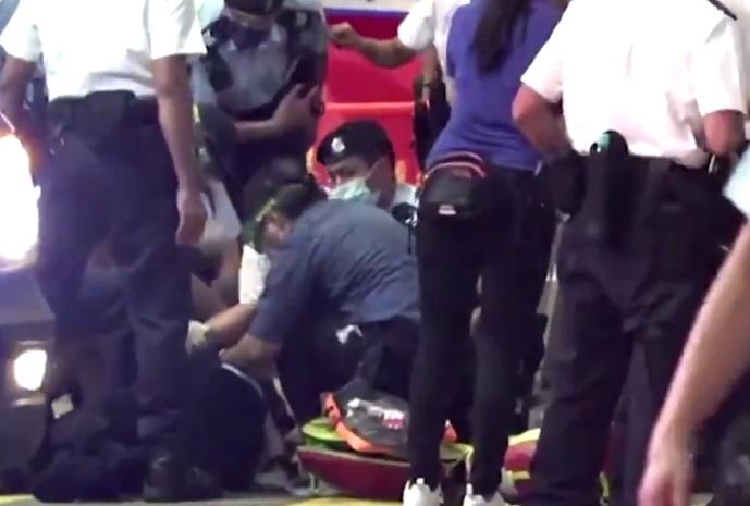 A înjunghiat un polițist, iar acum este considerat erou