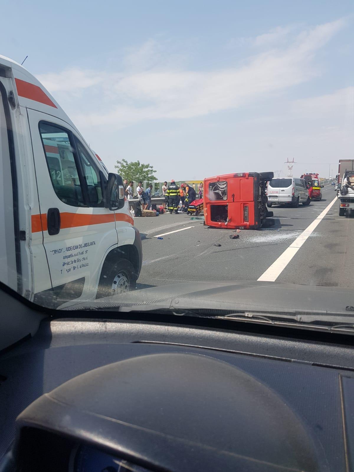 Un microbuz cu nouă persoane s-a răsturnat pe A1. A fost chemat un elicopter SMURD. VIDEO