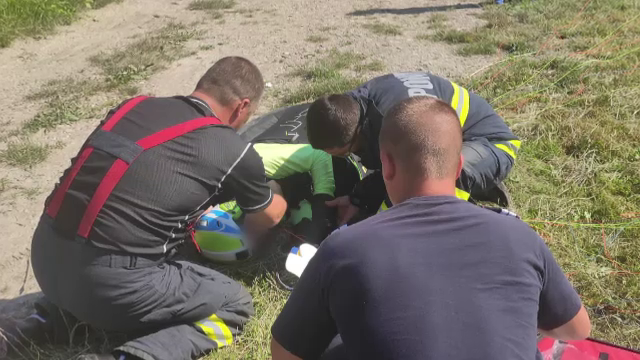 Bărbat, în stare gravă după ce s-a prăbușit cu parapanta în Neamț. A fost chemat elicopterul SMURD