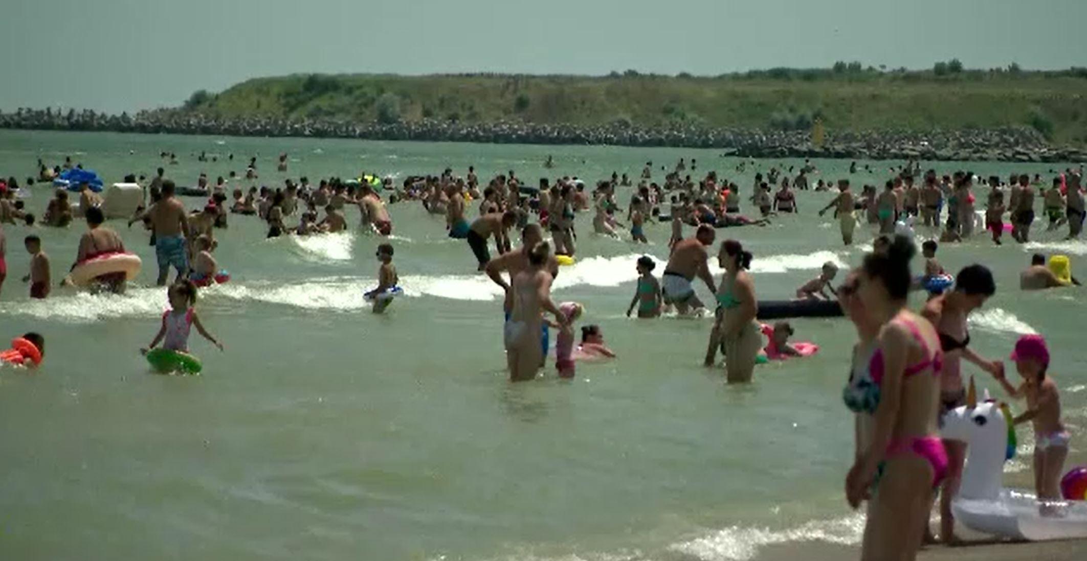 Litoralul românesc, asaltat de turiști. Cât trebuie să scoată românii din buzunar pentru un weekend la mare