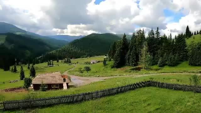 Cadre parcă scoase din carțile poștale, în Bucovina. Românii adoră glampingurile și bungalourile