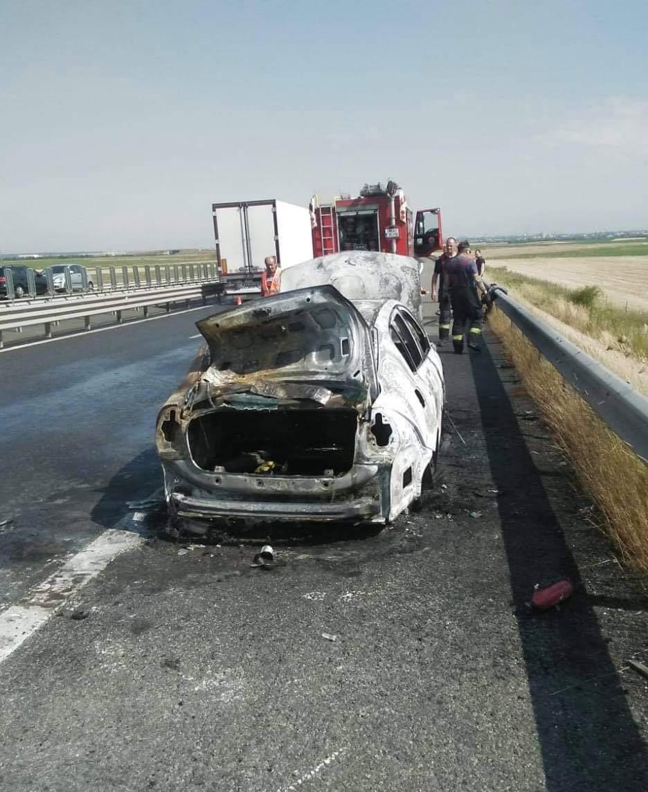 O mașină a ars complet pe A1. Traficul s-a desfășurat pe o singură bandă. VIDEO