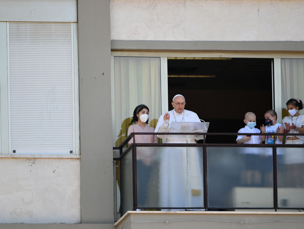 Prima apariție publică a papei Francisc după operație. Suveranul pontif a ținut slujba de la balconul spitalului