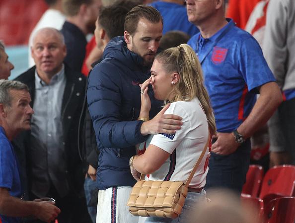 Reacția căpitanului naționalei Angliei, Harry Kane, după finala pierdută la EURO 2020. Soția sa a început să plângă