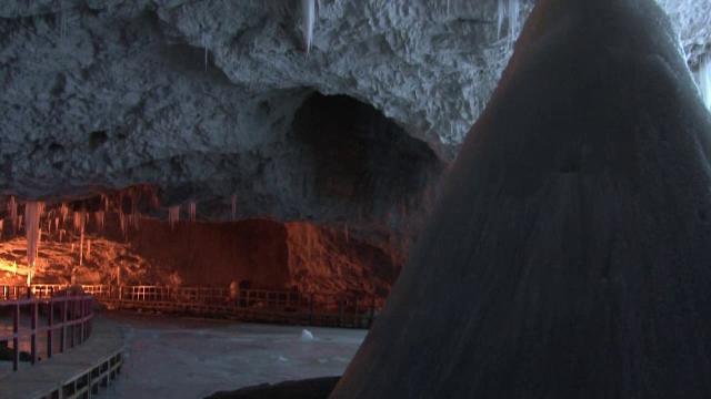 Turiștii pot ajunge mai ușor la ghețarul din Peștera Scărișoara. Calea de acces a fost modernizată