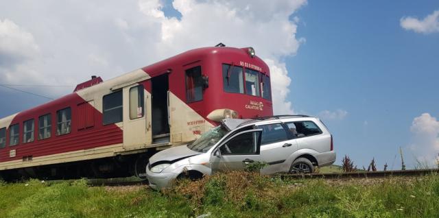 Un ieșean a sărit din mașină înainte de a fi loviți de tren și și-a lăsat soția în urmă. Femeia a scăpat ca prin miracol