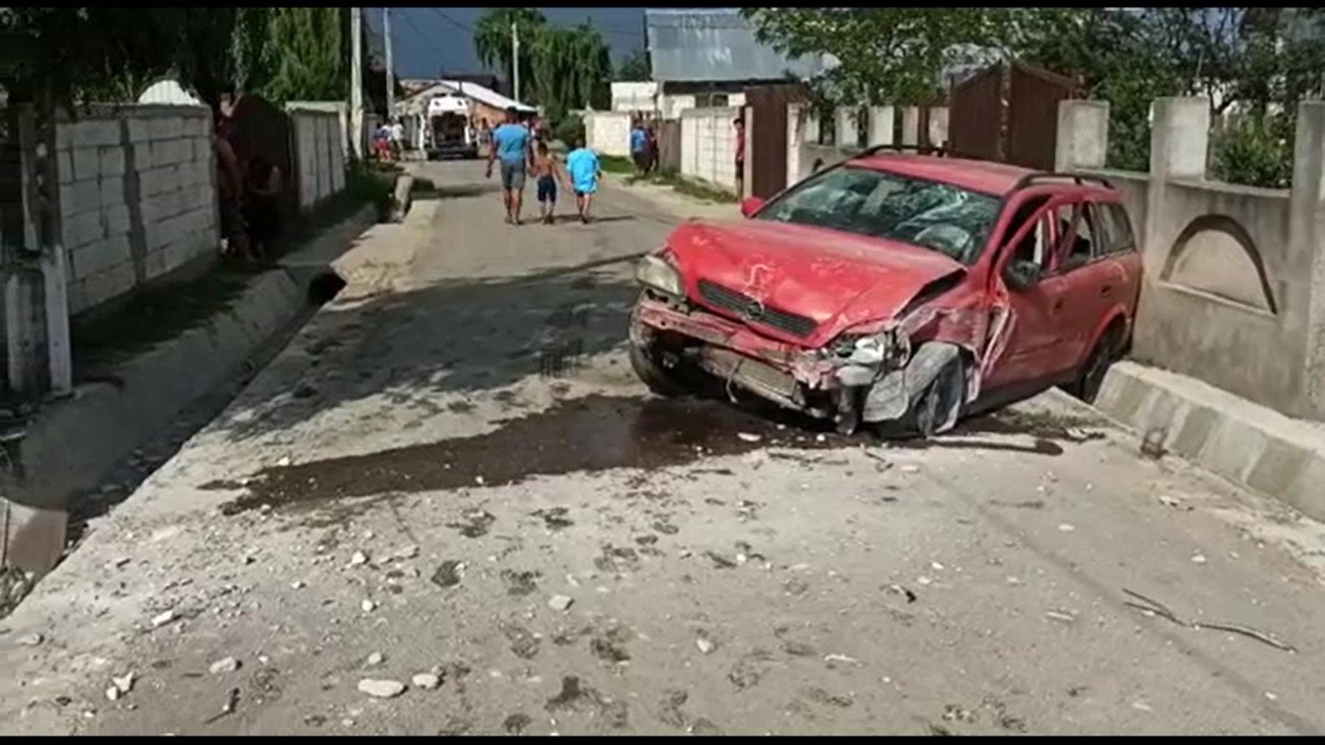Un tânăr de 17 ani, fără permis, a intrat cu mașina într-un gard de beton în localitatea Iazu