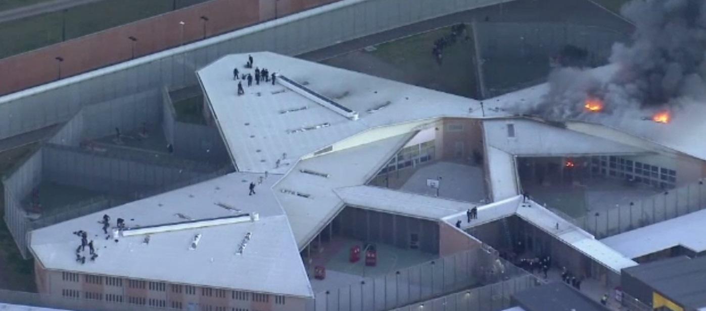 Mai mulți deținuți au incendiat o închisoare din Sydney și s-au urcat pe acoperiș
