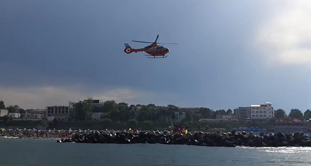 Doi copii au fost lăsați nesupravegheați de părinți pe o jucărie gonflabilă, la mare. Unul a fost salvat de salvamari. VIDEO
