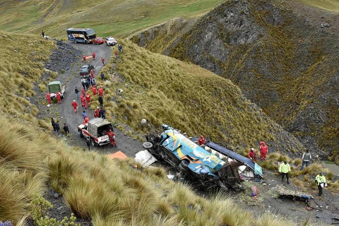 Incident teribil în Bolivia. Cel puţin 34 de persoane au murit după ce un autocar a căzut într-o prăpastie