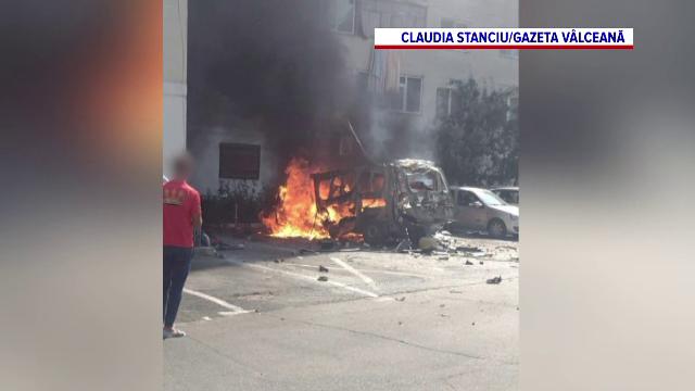 O dubă a explodat în Râmnicu Vâlcea. Șoferul a fost aruncat în aer câţiva metri. VIDEO
