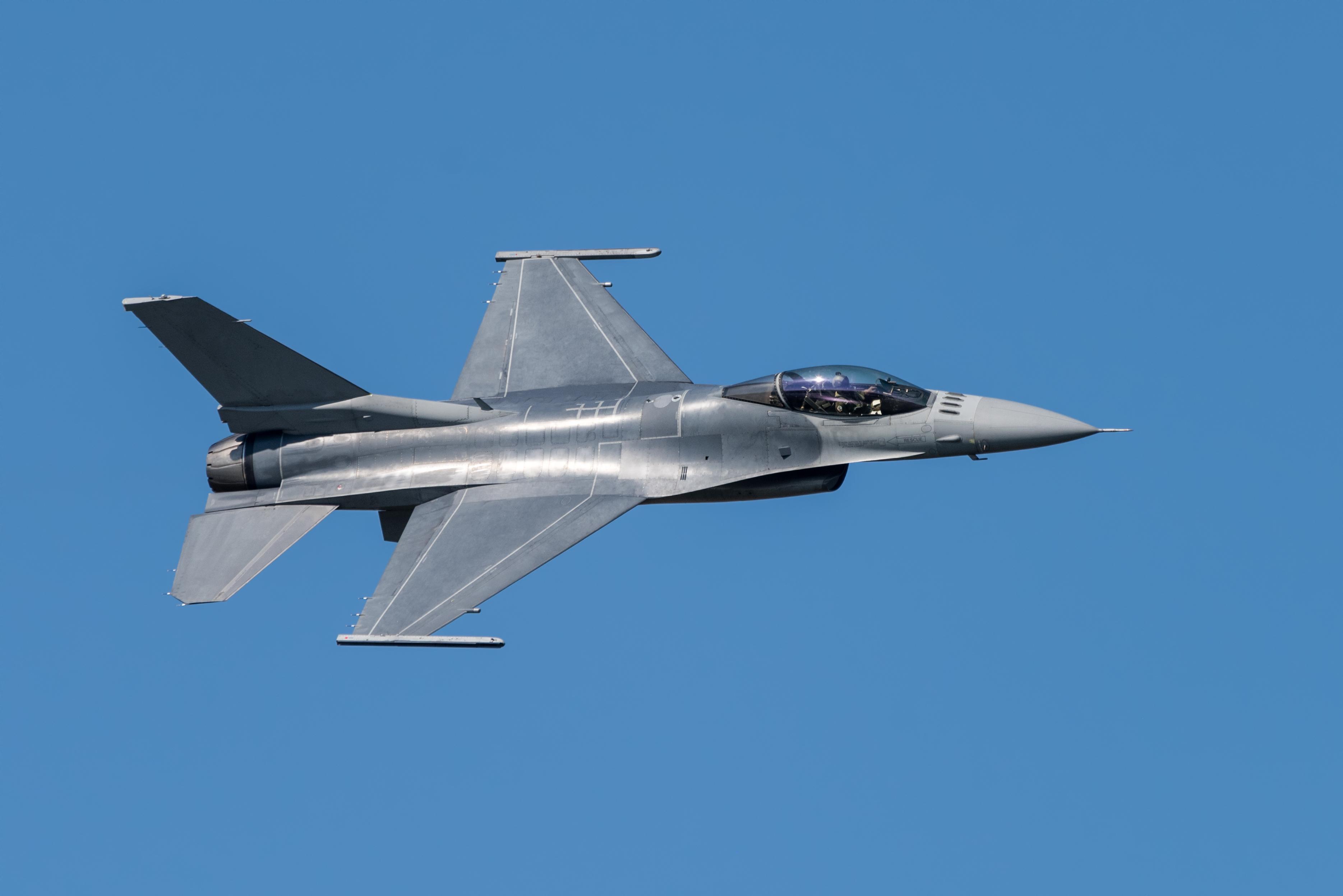 Piese dintr-o aeronavă F-16 au căzut marţi, în timpul unui exerciţiu, în județul Galați. Nu există victime