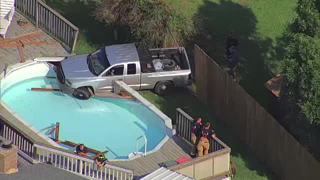 Urmărit de Poliție, un bărbat a ajuns cu mașina în piscina unei familii