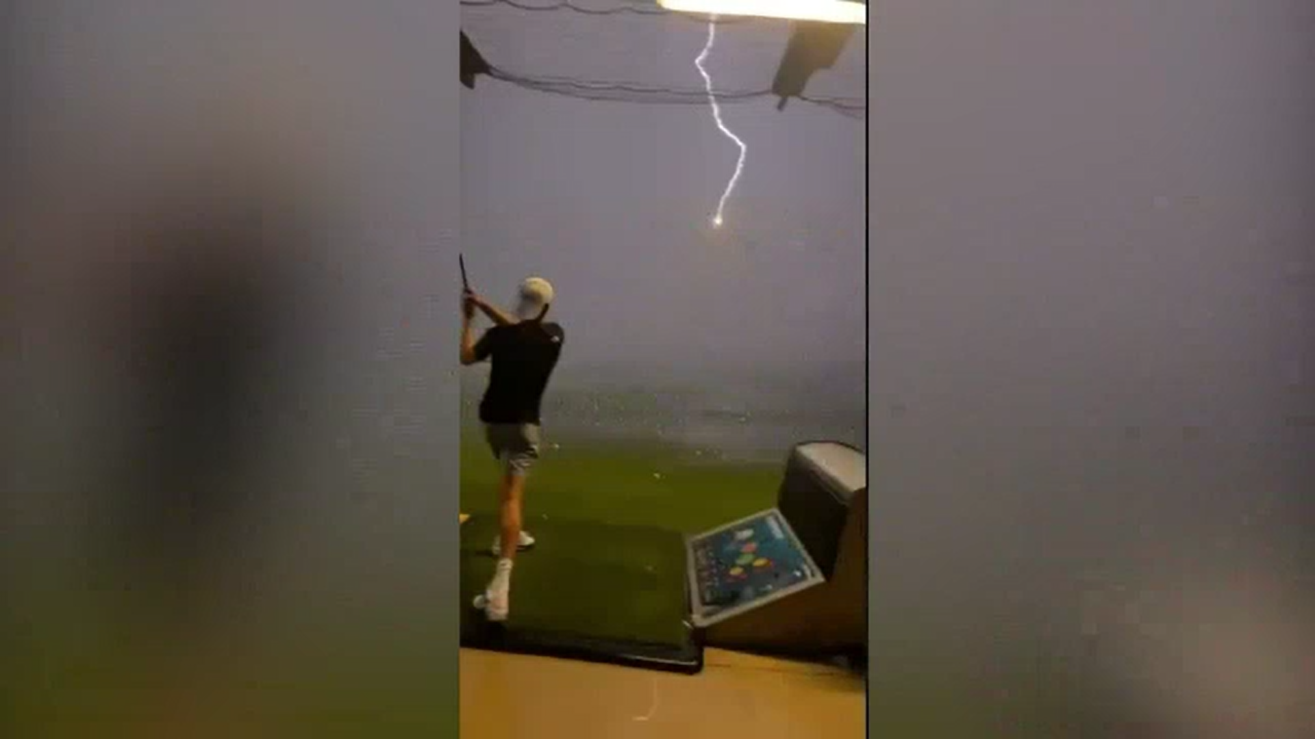 Video. Un fulger a lovit o minge de golf aflată în aer pe un teren din SUA