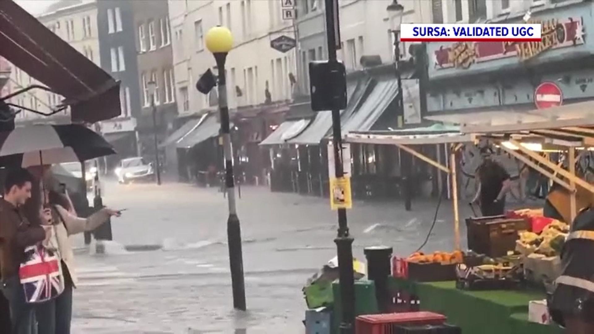O ploaie torențială a provocat inundații de proporții la Londra. Mai multe stații de metrou au fost închise