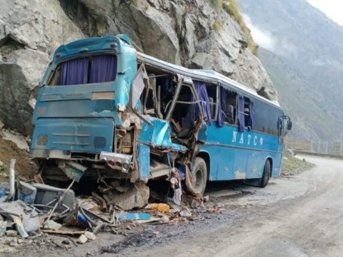 Incident tragic în Pakistan. Cel puțin zece oameni au murit, după ce un autobuz a explodat și apoi a căzut într-o râpă