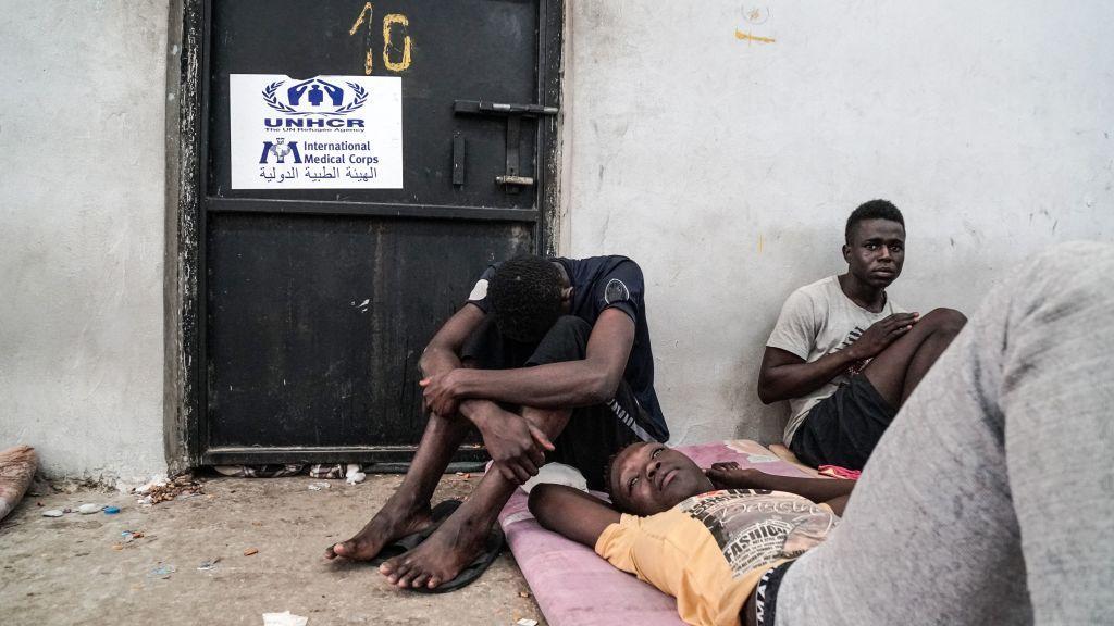 """Amnesty International: Migranții trimiși cu forța în Libia, supuși unor tratamente """"atroce"""" din partea autorităților"""