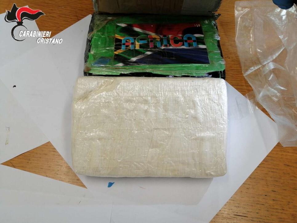 """S-au trezit în casă cu o """"cărămidă"""" de cocaină. Pachetul de 9 mil. euro a fost aruncat din avion"""