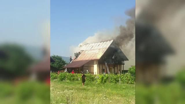 O femeie din judeţul Neamţ, cu doi copii, au rămas pe drumuri, după ce un incendiu le-a distrus locuinţa
