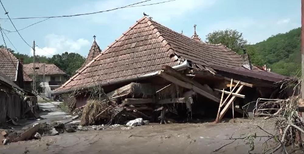 Ploile au făcut prăpăd în multe zone din țară. Zeci de case au fost distruse de viituri
