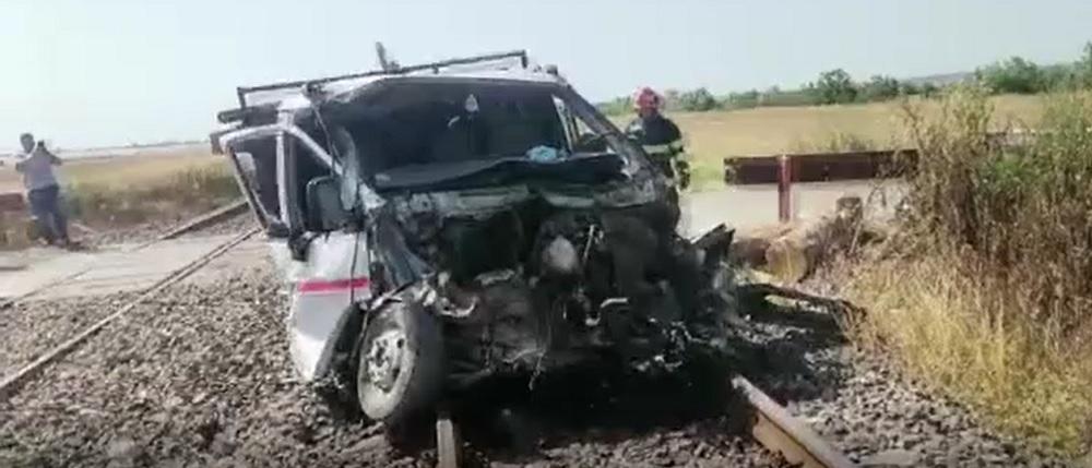 O autoutilitară a fost lovită în plin de un tren. Un tânăr de 17 ani a fost rănit