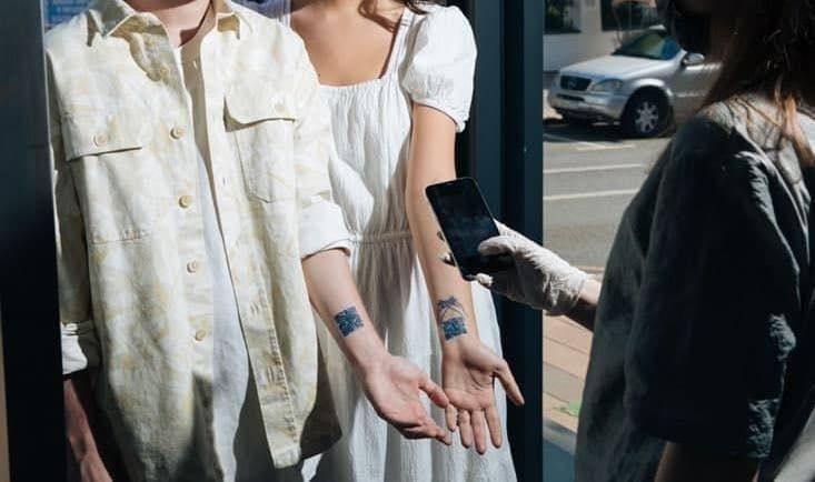 Tendință nouă în Moscova. QR cod tatuat pe mână pentru a demonstra că te-ai vaccinat