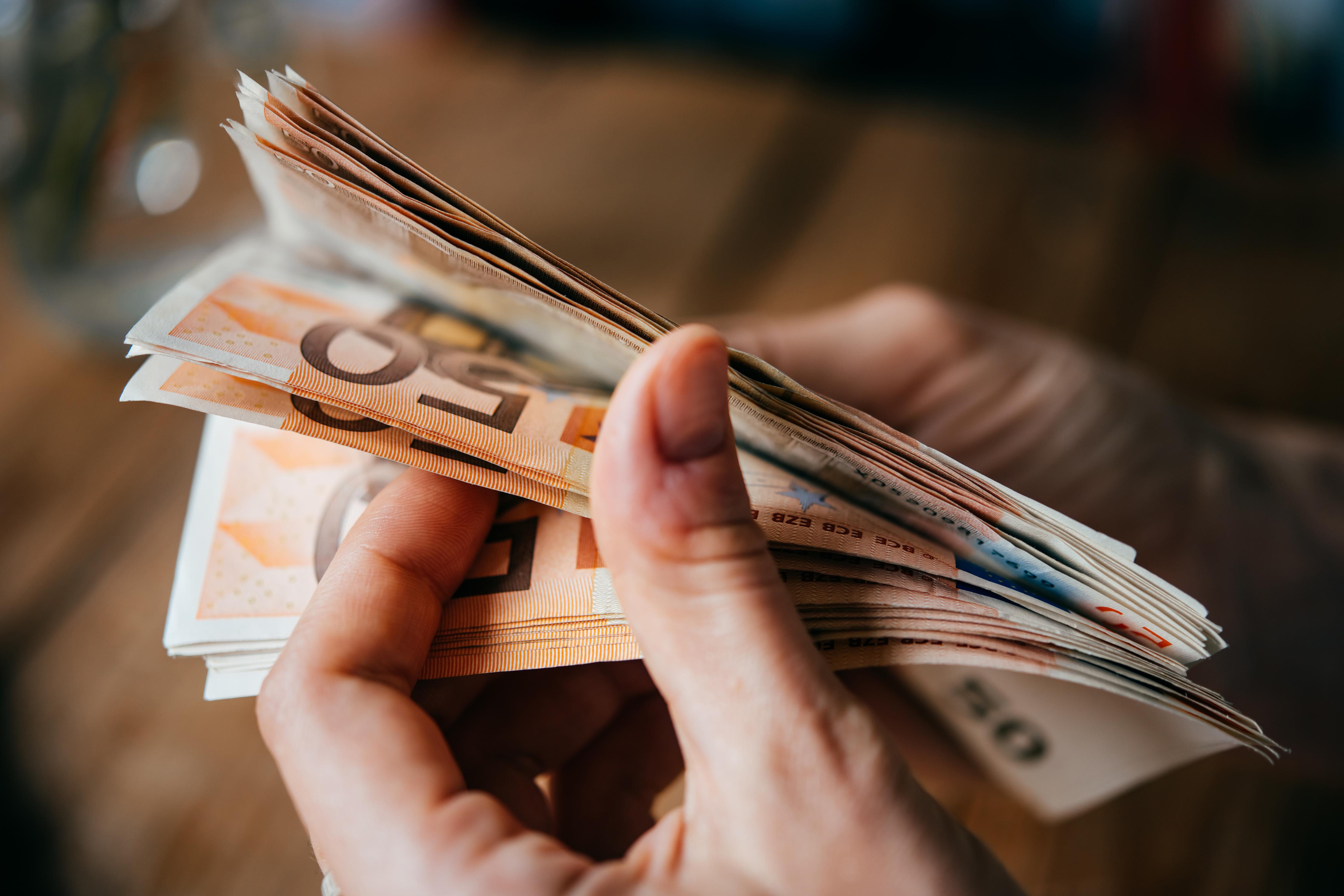 Un bărbat a strâns 28.000 de euro pe internet, după ce a mințit că-i donează copiilor bolnavi