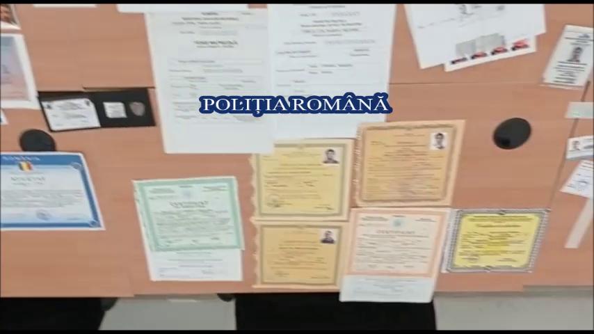 Cinci bărbați, suspectați că au falsificat zeci de documente, printre care și cărți de identitate și pașapoarte