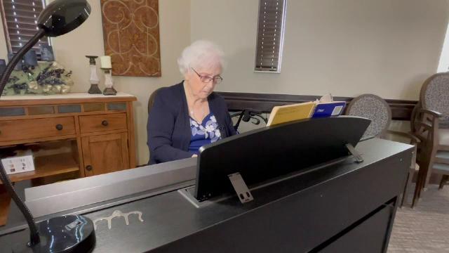 O femeie din SUA, în vârstă de 103 ani, cântă la pian de când se știe. A învățat singură când avea 12 ani