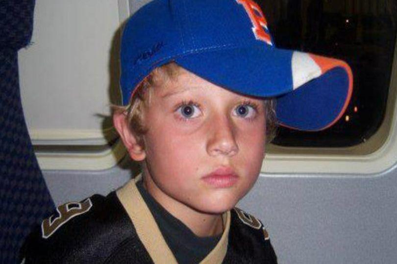 Un băiat de 13 ani a fost ucis de tatăl său, după ce a găsit poze în care acesta apărea îmbrăcat în lenjerie de damă