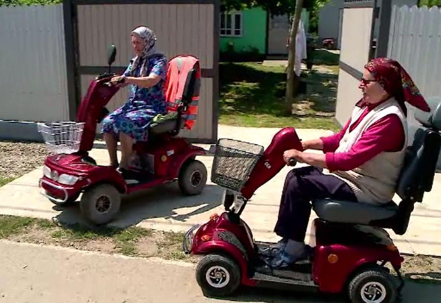 """Bunicii din viitor. Bătrânii de la sat conduc scutere și triciclete electrice: """"Merge tare!"""""""