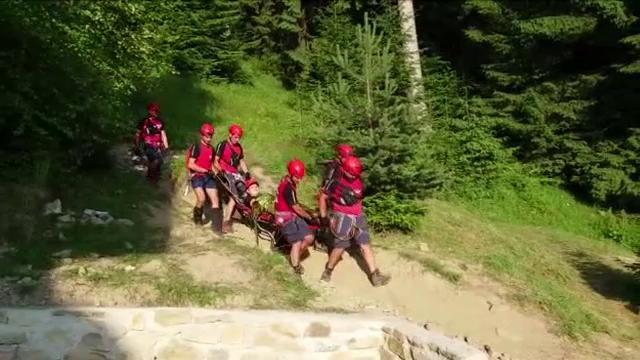 Accidentat în timpul unei expediții pe munte, un turist de 29 de ani a fost coborât de salvamontiști după trei ore