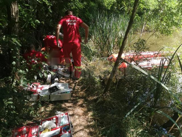 Un adolescent din Suceava s-a înecat după ce a intrat într-un iaz cu peturi goale în mână pe post de colac de salvare