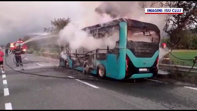 Un autobuz electric a luat foc în Dej. Pasagerii și șoferul au coborât speriați din vehiculul plin cu fum