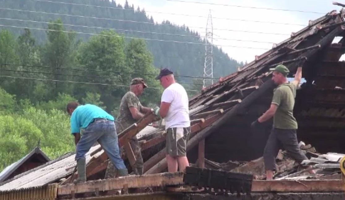 O familie din Neamț a rămas pe drumuri în urma unui incendiu. Vecinii au sărit în ajutor