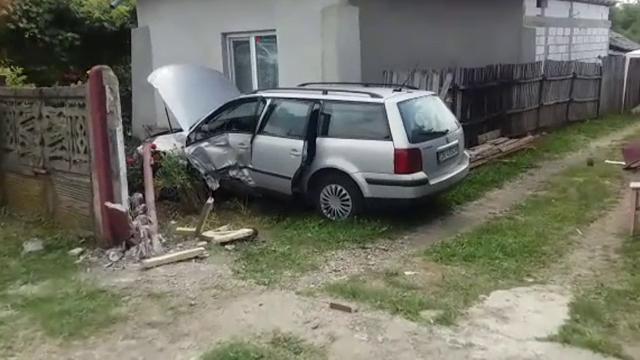 Adolescentă rănită după ce o mașină a ajuns în curtea unei case din Dâmbovița. Ce s-a întâmplat