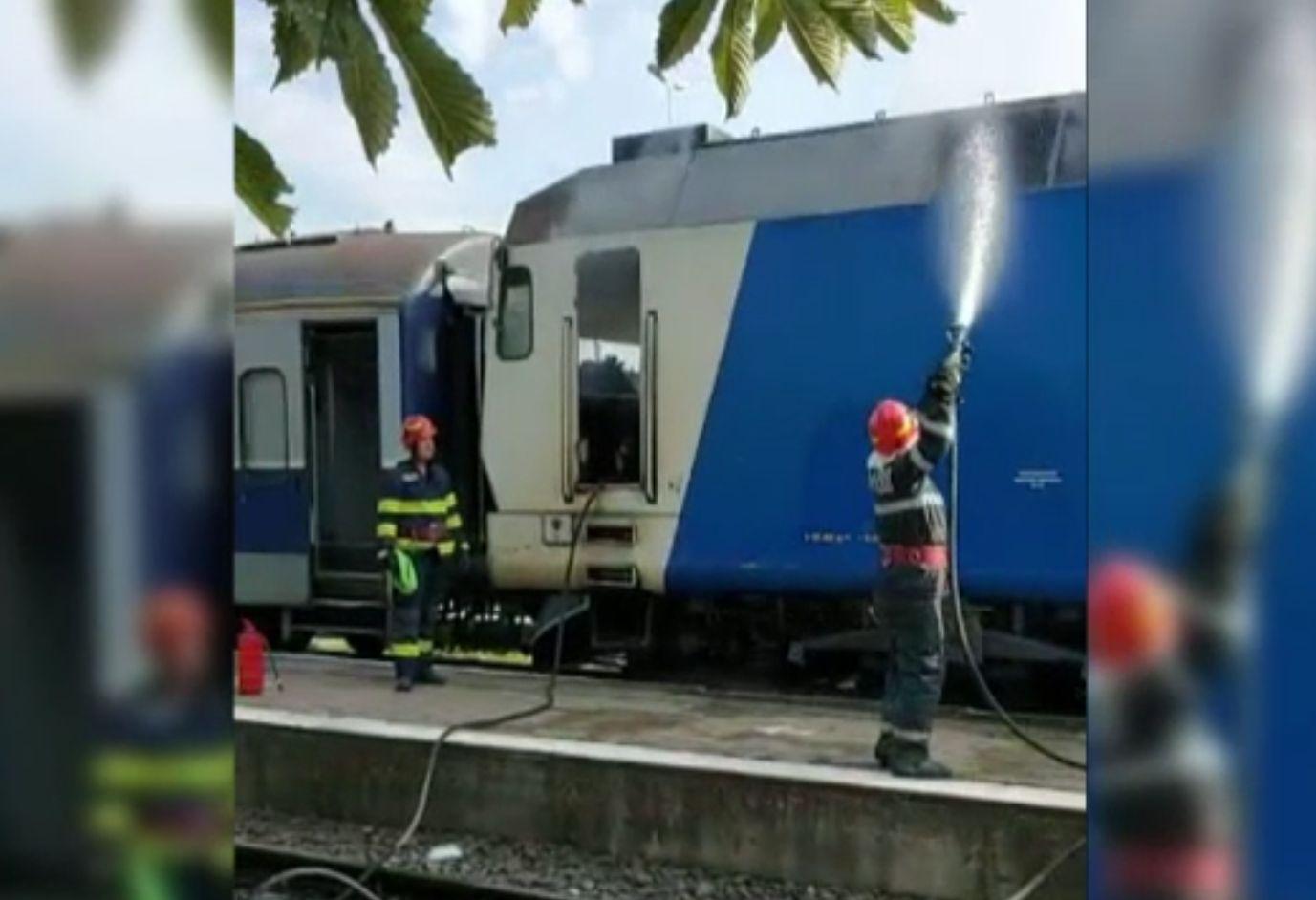 O locomotivă a luat foc în Gara din Târgoviște, la un tren de călători